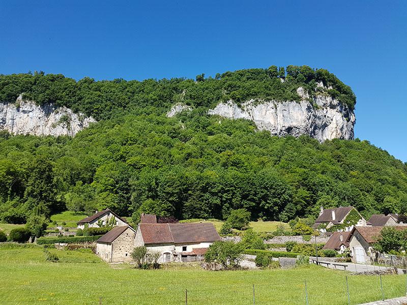 Baume-les-Messieurs. Деревушка, в которой есть свой монастырь и водопад