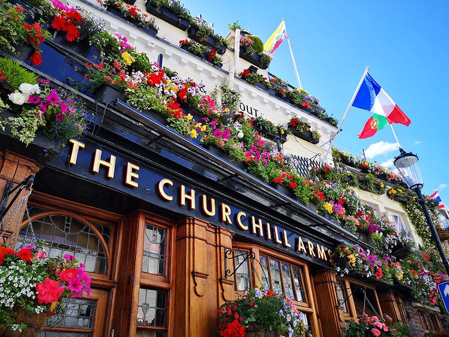 «Черчилль Армс» (Churchill Arms) – самый цветущий паб Лондона