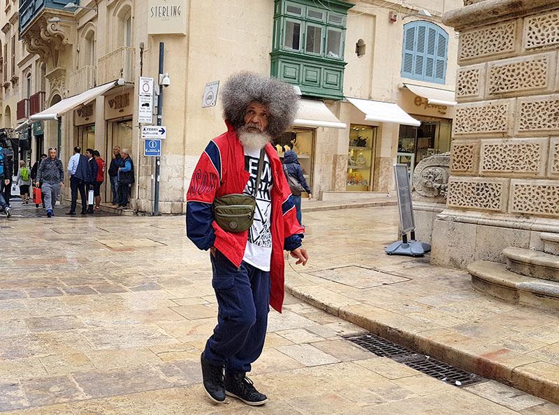 Мальта. Люди на улицах Валетты