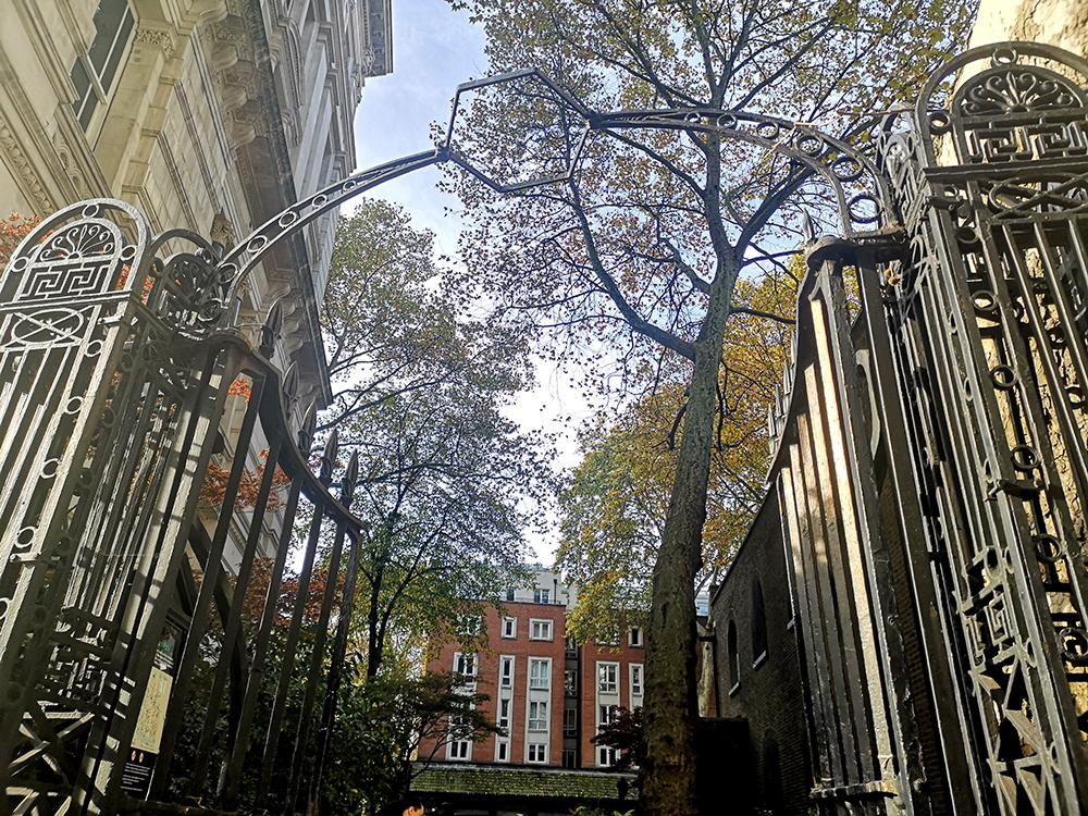 Мемориал самопожертвования в Саду почтальонов в Лондоне