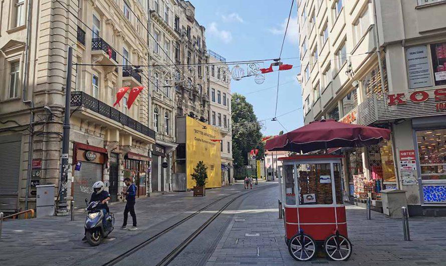 Улица Истикляль в Стамбуле и исторический ретро-трамвай